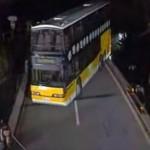 二階建てバスを狭い橋上で転回させるドラテク